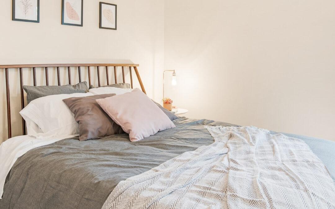 O czym pamiętać dobierając twardy materac 200×200? Kto powinien spać na takim materacu?